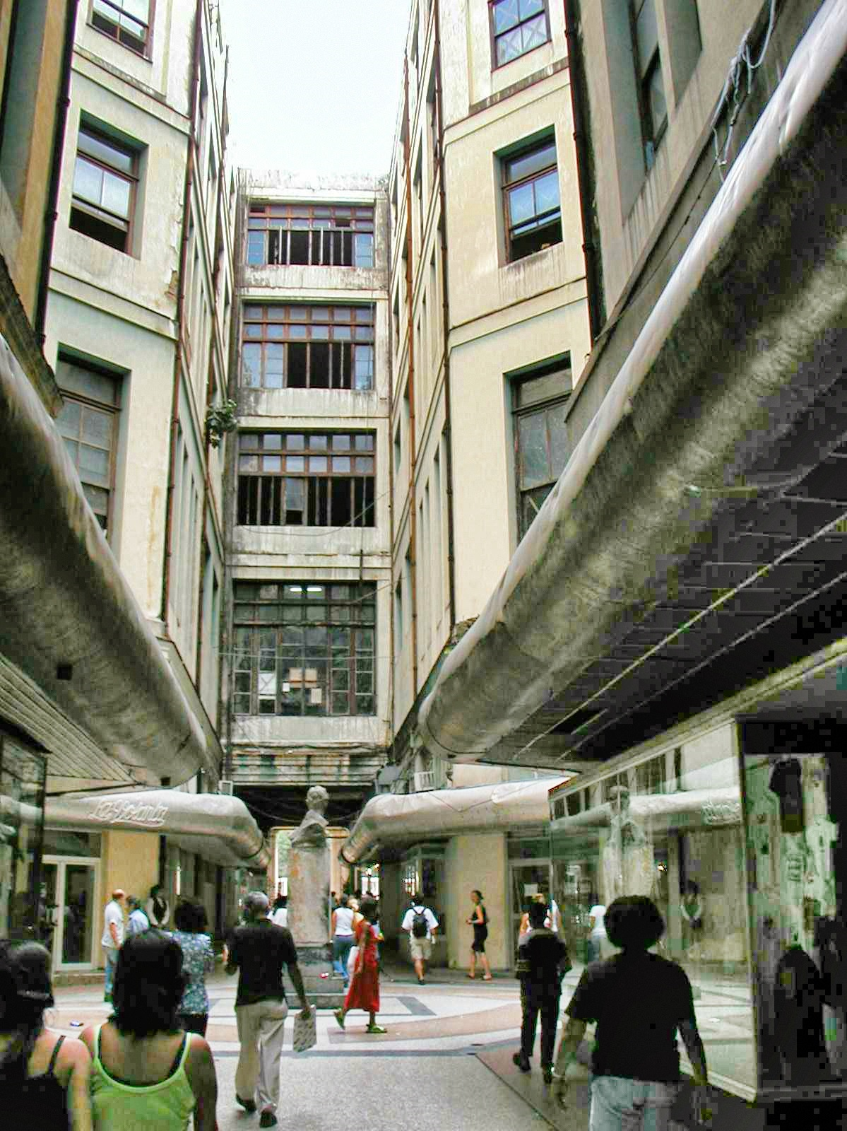 Manzana_Gomez-Interior,_Centro_Habana_-_April_2003